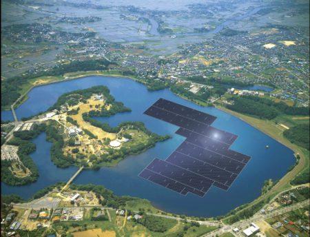 Paineis-solares-azuis-sao-instalados-no-reservatorio-yamakura-dam-em-chiba-japao